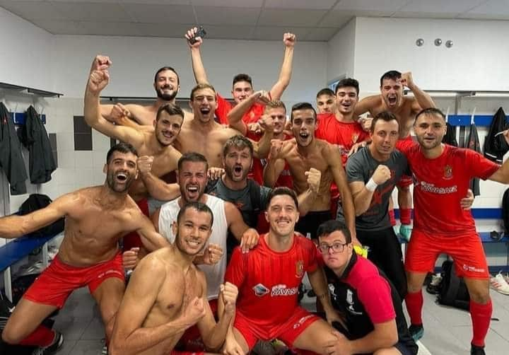 Bigastro CF celebrate 2-1 La Nostra Cup win against CFP Orihuela Deportiva.